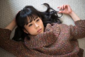 カラフルなセーターを着て寝転んでいる高畑充希