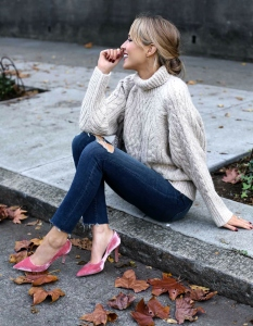 sjp-blush-pink-velvet-pumps-heels-ripped-jeans-chunky-cable-knit-turtleneck-sweater-neutral-ivory